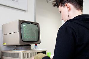 Studentin in einer Übung an einem Computer des Museums © HTW Berlin / Kathrin Windhorst