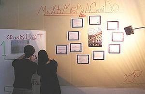 Zwei Studierende an einer Pinnwand