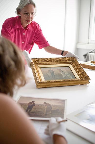 Lehrende und Studentin mit einem historischen Gemälde © HTW Berlin / Gregor Strutz und Axel Völcker