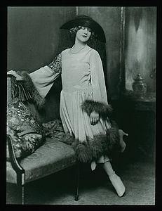 """Großdiapositiv """"Alice Hechy in einem Kleid mit angelegter Glocke"""", 1921"""