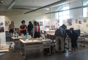 Studierende im Ausstellungsraum