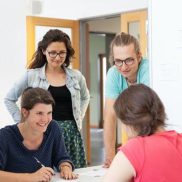 Vier Studierende bei der Werkschau © HTW Berlin / Marco Ruhlig