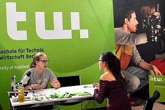 Studierende im Beratungsgespräch mit Studieninteressierten. © HTW Berlin / Isabel Megatli