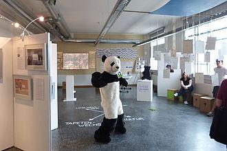 Panda-Maskottchen aus dem Museum für Naturkunde zwischen den Studiengangsprojekten. © HTW Berlin / Andrea Kramper
