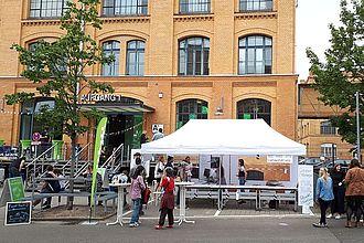 Der Stand der Museumskunde (MK) mit Infos über die Geschichte des Campus, zugleich Treffpunkt für die Campusführungen der MK-Studierenden. © HTW Berlin / Tobias Nettke