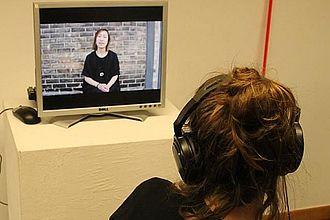 """Präsentation der Ausstellungsidee """"Think again, Who are you?"""" mit Videointerviews zu Fragen der Identität. © HTW Berlin / Tobias Nettke"""