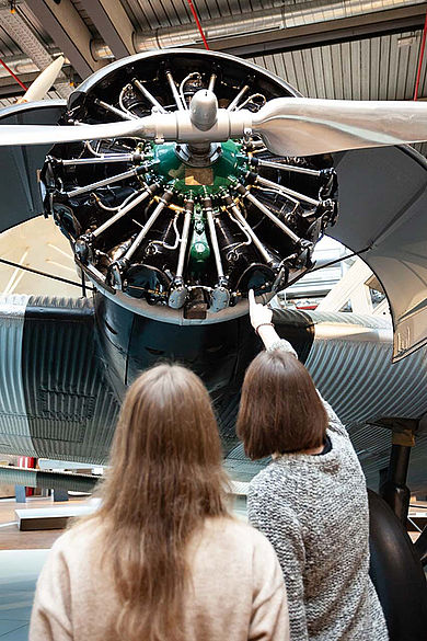 Studierende analysieren die Ausstellungsgestaltung im Berliner Technikmuseum © HTW Berlin / Marco Ruhlig