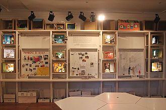 """In der Ausstellung """"[Probe]Räume"""" des Märkischen Museums Berlin können Besucher*innen selbst kleine Ausstellungseinheiten entwickeln und ausstellen. Hier führten Studierende Befragungen durch. © HTW Berlin / Tobias Nettke"""