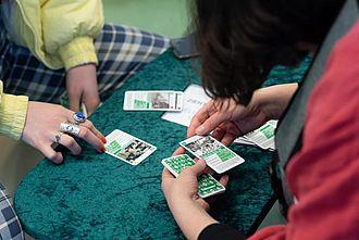 Testen eines von Studierenden entwickelten Kartenspiels zur Ausstellung. © HTW Berlin / Marco Ruhlig