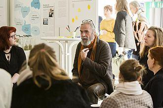 Dozent*innen geben Studierenden Feedback. © HTW Berlin / Camilla Rackelmann