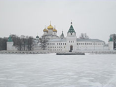 Exkursion 2014: Das Ipatios-Kloster, davor der eingefrorene Fluss Kostroma