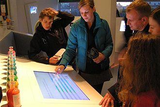 Studierende erläutern die Funktion der Live-Speaker in der Humboldt-Box. © HTW Berlin / Tobias Nettke
