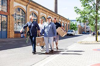 Studierende und Lehrende beim gemeinsamen Aufbau der Werkschau. © HTW Berlin / Marco Ruhlig