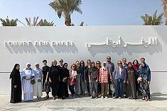 Gruppenfoto vor dem Louvre Abu Dhabi bei der SAWA 2018/19 © SAWA Museum Academy