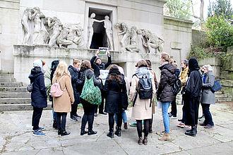 Gemeinsamer Rundgang auf dem Friedhof Père Lachaise zu den Themen 'Kulturerbe Friedhof' und 'Pariser Persönlichkeiten'. © HTW Berlin / Thomas Kämpfe