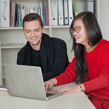 Zwei Studierende am Laptop © HTW Berlin / Leandra Haupt
