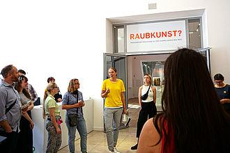 """Führung durch die Sonderausstellung """"Raubkunst?"""" im Museum für Kunst und Gewerbe (MKG) Hamburg. © HTW Berlin / Theresa-Sophie Herget"""