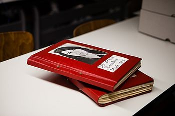 Zwei rote Bücher, auf dem Titel ein Foto von Tamara Bunke © HTW Berlin