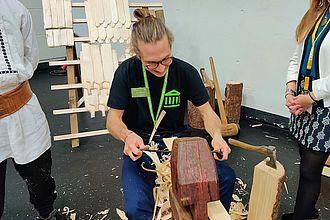 Studierender testet Hands-On Station eines Ausstellers auf der Exponatec. © HTW Berlin / Max Braun