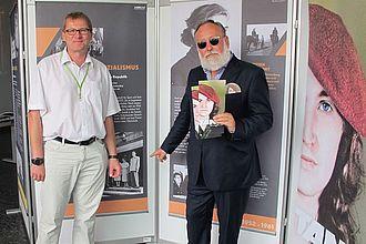Oliver Rump und Podiumssprecher Friedrich Lichtenstein in der Tamara-Bunke-Ausstellung. © HTW Berlin / Sandra Schulze