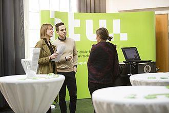 Austausch mit am Studiengang interessierten Gästen. © HTW Berlin / Camilla Rackelmann
