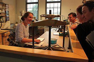 Gespräch mit Ansprechpartnerin im Ausstellungsbereich Buchbindung im Museum für Arbeit Hamburg © HTW Berlin / Tobias Nettke