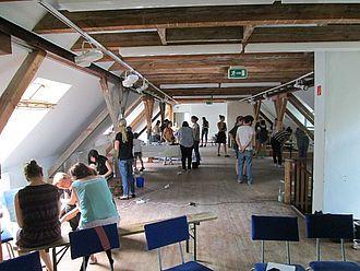 Studierende bauen Experimentierstationen im Sinne einer Lernwerkstatt zu naturwissenschaftlichen Phänomenen © HTW Berlin / Tobias Nettke