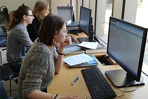 Studierende bei der Arbeit mit der Datenbank Dokumentations- und Informationszentrum der Stiftung Preußische Schlösser und Gärten © HTW Berlin / Anne Schmirler