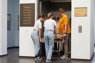 Studierende und Lehrende beim Aufbau einer von Studierenden entwickelten Ausstellung über Werner Seelenbinder. © HTW Berlin / Marco Ruhlig