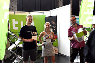 Studierende von 'Museumskunde' und 'Konservierung und Restaurierung/Grabungstechnik' am gemeinsamen Messestand auf der Vocatium. © HTW Berlin / Isabel Megatli