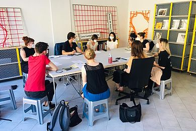 Ausnahme: Projekttreffen in Kleingruppen. Hier Masterstudierende im Büro der Dekoloniale. © HTW Berlin / Julia Thielke