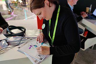 Studierende testet Augmented Reality Angebot eines Ausstellers auf der Exponatec. © HTW Berlin / Max Braun