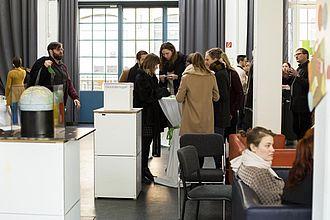 Studierende visualisieren mit verschiedenen Techniken. © HTW Berlin / Camilla Rackelmann