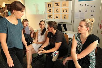 Die Werkschau wird auch für Gespräche zwischen Projektbeteiligten sowie zwischen verschiedenen Projekten genutzt. © HTW Berlin / Tobias Nettke