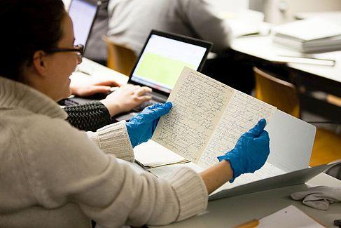 Studierende bei der Arbeit mit historischen Originalen. © HTW Berlin / Camilla Rackelmann