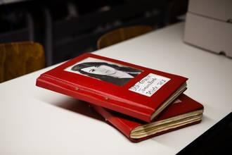 Zwei rote Bücher, auf dem Titel ein Foto von Tamara Bunke