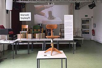"""Im Seminar """"Kuratieren von Ausstellungen"""" verwandelten Studierende die HTW-eigene Stuhlsammlung in eine Ausstellung, die zugleich auch den Prozess des Kuratierens zeigte. (Leitung: Beatrice Miersch) © Beatrice Miersch"""
