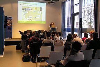 """Präsentation der Befragungsergebnisse im Modul """"Besucherforschung"""" vor dem Direktor des DDR Museums Berlin. © HTW Berlin / Tobias Nettke"""