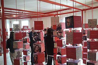 """Museumskunde-Studierende sammelten Daten für die Ausstellung """"BERLINmacher. 775 Porträts – ein Netzwerk"""" im Ephraim-Palais der Stiftung Stadtmuseum Berlin. © HTW Berlin / Tobias Nettke"""