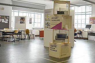 Raum 316 - nach dem Aufbau - vor dem Ansturm. Ausstellungselement des Computermuseums entwickelt in Kooperation mit dem Studiengang Industrial Design und Kommunikationsdesign der HTW. © HTW Berlin / Jürgen Feige