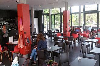 """Analyse von Informationsangeboten im Café Haberland - dem zeithistorischen Portal zum Bayerischen Viertel über dem U-Bahnhof """"Bayerischer Platz"""" in Berlin-Schöneberg. © HTW Berlin / Tobias Nettke"""