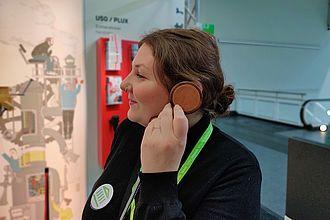 Studierende testet Hörstationen eines Ausstellers auf der Exponatec. © HTW Berlin / Max Braun
