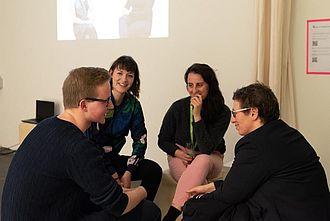 Ehemalige, aktuell Studierende und Lehrende im Gespräch. © HTW Berlin / Marco Ruhlig
